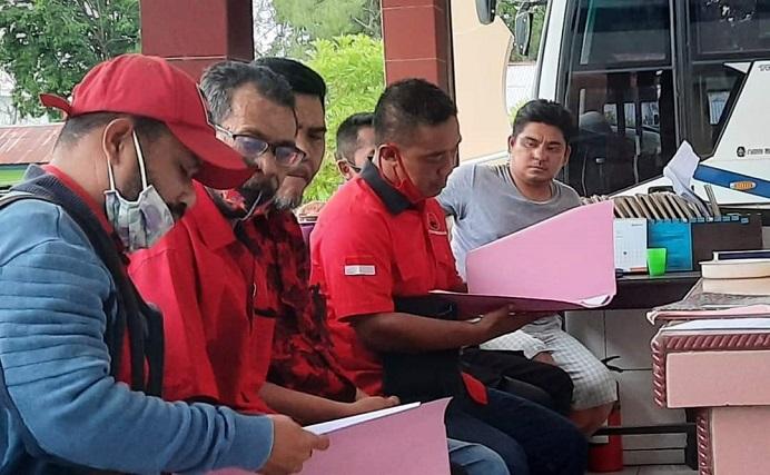 Wakil Ketua Bidang Kehormatan DPC PDIP Alor Muhamad Yusuf (ketiga kiri) sementara mendampingi Sekretaris DPC Daud Pong (keempat kiri) melaporkan dugaan pemalsuan surat PAW ke Polres Alor, Rabu (11/11) petang.