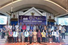Ketum PP GMKI Korneles Galanjinjinay dan peserta Kongres foto bersama Gubernur Papua Barat, Dominggus Mandacan di Selasa (24/11) di Hotel Aston Niu Kota Injil Monokwari.