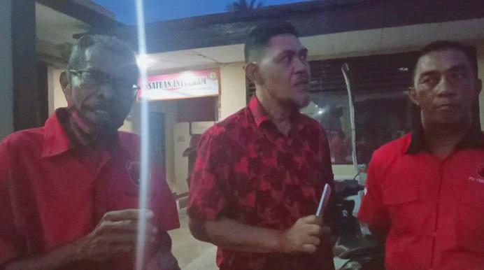 Wakil Sekretaris Eksternal DPC PDIP Alor Jefta Amung (kiri), Wakil Ketua Bidang Kehormatan Muhamad Yusuf dan Sekretaris DPC PDIP Alor Daud Pong, ketika memberikan pernyataan pers usai membuat LP di Polres Alor, Rabu (11/11) petang.