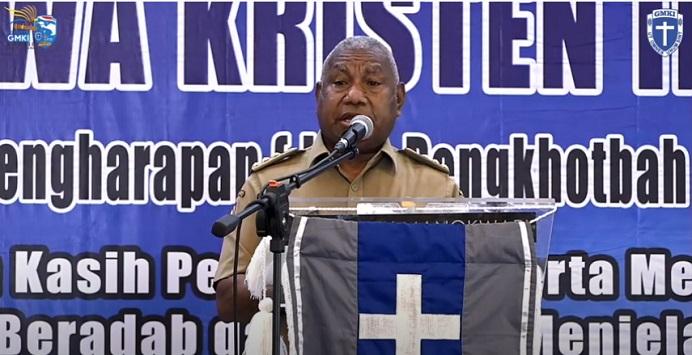 Gubernur Papua Barat Drs. Dominggus Mandacan berpidato di acara pembukaan Kongres GMKI XXXVII di Kota Injil Monokwari, Selasa (24/11) siang.