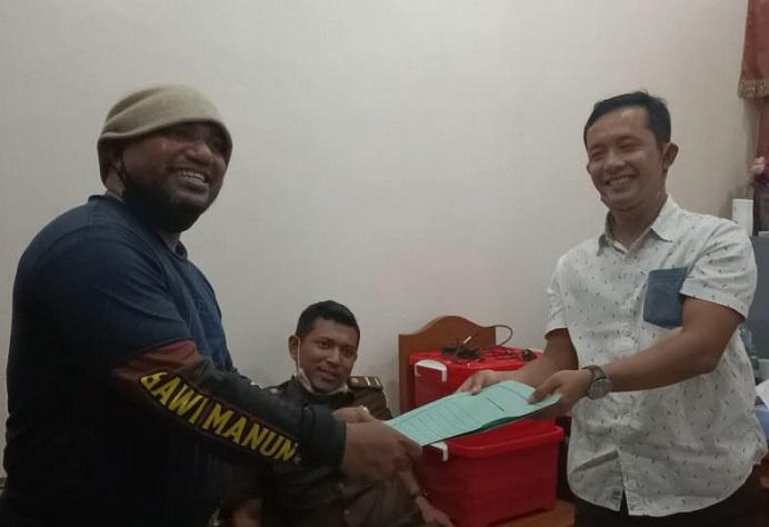 Koordinator FAKKK Lomboan Djahamou melaporkan Ketua DPRD Alor Enny Anggrek di Kejaksaan Negeri Alor, Rabu (4/11/2020). Laporan Lomboan diterima Kasie Datun Rudy Kurniawan.