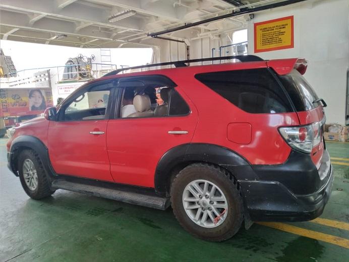 Mobil Toyota New Fortuner milik PT SMS sementara diangkut ke Kapal Fery ASDP di Pelabuhan Kalabahi untuk dikirim ke Kupang, Minggu (15/11).