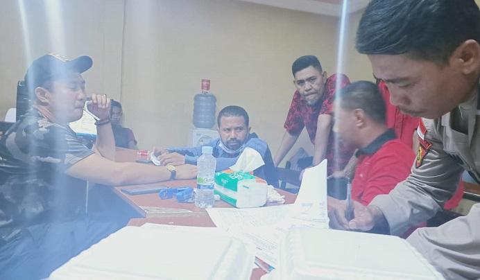 Walter Datemoli (kedua kiri) sementara membuat laporan polisi dugaan pencemaran nama baik melalui ITE, Rabu (11/11/2020) di ruang SPKT Polres Alor.