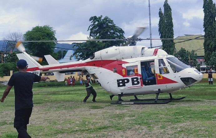 Helikopter merek PK-WMW milik BNPB Nasional menjemput sampel swab, Kamis (24/12) di Lapangan Mini Kalabahi.