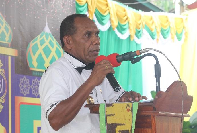 Bupati Alor Drs. Amon Djobo ketika sambutan di acara Festival Al-Quran Tua di Desa Alor Besar, ABAL, waktu lalu.
