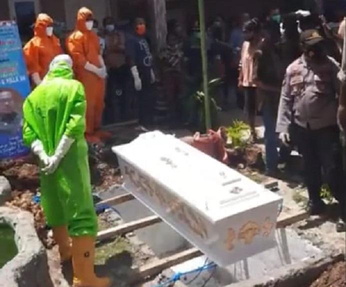 Pemakamana alm DP di rumahnya kompleks Batunirwala, Kecamatan Alor Tengah Utara, Jumat (11/12/2020). Para Petugas pemakaman dari Satgas Covid-19 Alor yang mengenakan APD lengkap, sempat diusir dari tempat pemakaman.