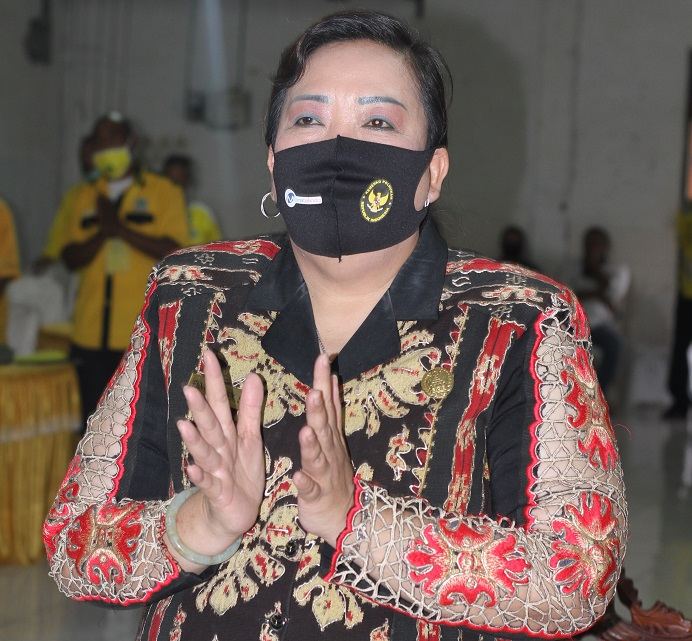 Ketua DPRD Alor Enny Anggrek ketika menghadiri acara pelantikan Pengurus DPD II Partai Golkar Kabupaten Alor, waktu lalu di Aula Watamelang. (Foto: tribuanapos.net/Leader Ismail).
