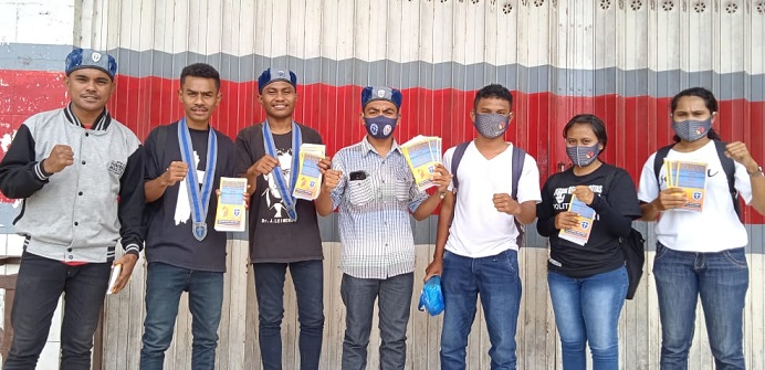 GMKI Cabang Kefamenanu foto bersama Alumni SKPP Bawaslu TTU usai sosialisasi dan membagi brosur, Minggu (6/12) di Kefamenanu, TTU.