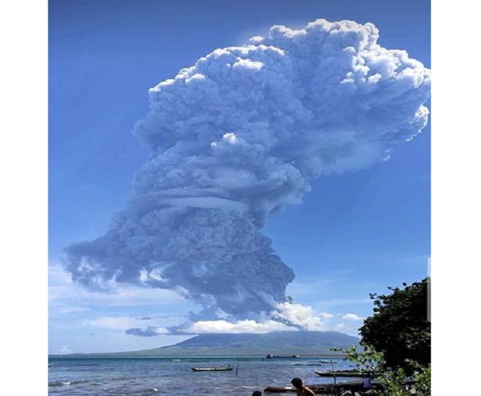Gunung Ile Lewotodok di Kecamatan Ile Ape Kabupaten Lembata, Nusa Tenggara Timur (NTT) mengalami erupsi pada Minggu (29/11/2020) pagi. Erupsi ini tidak berdampak pada masyarakat di pulau Pantar, Kabupaten Alor. (Sumber foto: Shely).