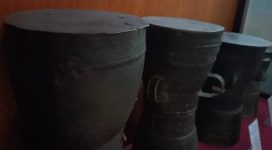 Deretan Moko Pung yang tersimpan di Museum 1000 Moko Alor. Moko ini biasanya dipakai untuk tujuan belis perempuan Alor khususnya di Pulau Pantar.
