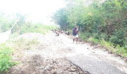 Para Pemuda PPLTRI menggelar aksi cor jalan secara swadaya di Desa Luba Kecamatan Lembur. Aksi itu sudah dilakukan semenjak dua Minggu yang lalu.