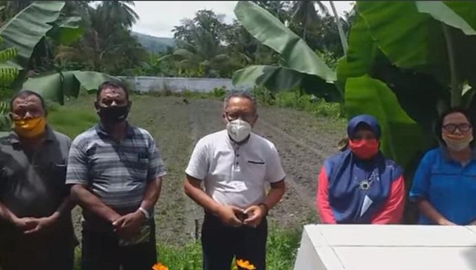 Kadisdik Alor Alberth N. Ouwpoly (tengah) di dampingi jajaran Kepala Bidang mengumumkan perpanjangan waktu BDR dan KDR, Jumat (22/1) di halaman Disdik, Kompleks Mola.