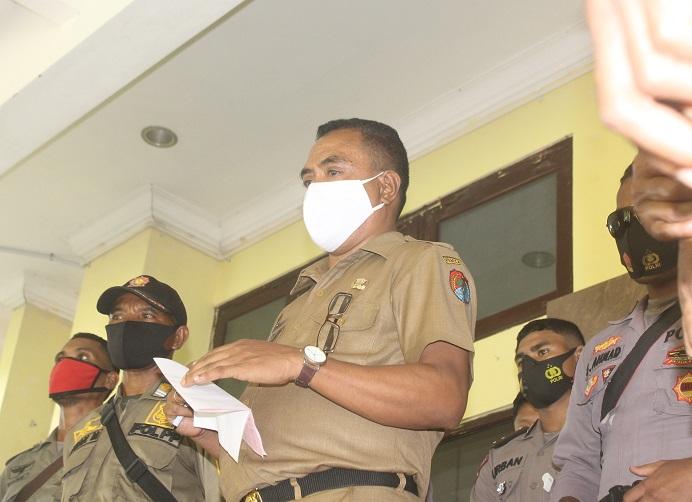 Asiten I Setda Alor Melky Beli ketika berdialog dengan demonstran GERAM di depan kantor Bupati Alor, Selasa (26/1).