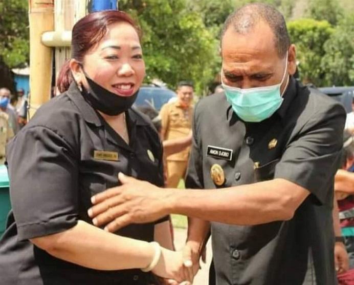 Ketua DPRD Enny Anggrek (kiri) dan Bupati Amon Djobo bersalaman di masa pandemi Covid-19. Keduanya bersalaman dalam suatu acara di Desa di Kabupaten Alor waktu lalu. (Sumber Foto: akun facebook Yohanis Atamai).