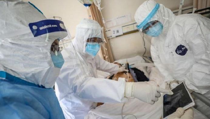 Gambar: Ilustrasi seorang pasien Covid-19 sementara dirawat di sebuah Rumah Sakit. (Sumber: CNNIndonesia.com).