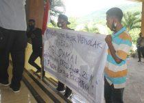 Baliho PAN bagian belakang yang digunakan aktivis GERAM menuliskan tuntutan aksinya menolak proyek gedung DPRD senilai Rp 25 Miliar