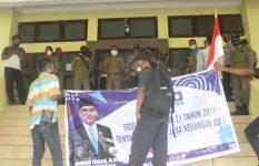 Tampak depan Baliho PAN bergambar Anggota DPR RI Ahmad Yohan yang digunakan aktivis GERAM menuliskan tuntutan aksi tolak proyek gedung DPRD Alor senilai Rp 25 Miliar, Selasa (26/1) di kantor Bupati, Batunirwala.