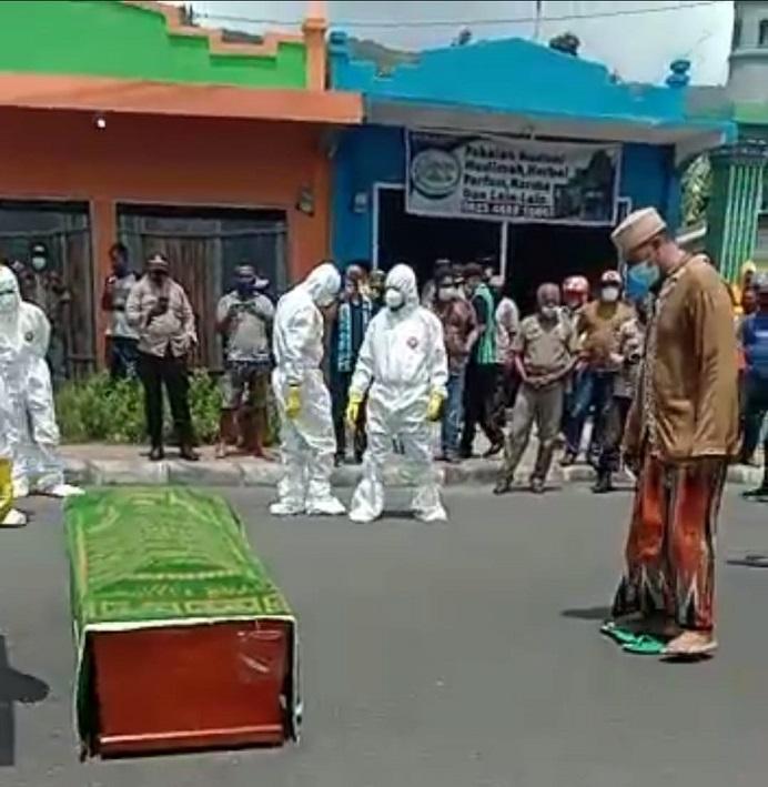 Potongan video Jenazah pasien reaktif positif Covid-19 disholatkan di tengah badan jalan umum di Kota Kalabahi, Kamis (14/1) siang, hingga viral di media sosial WhatsApp.