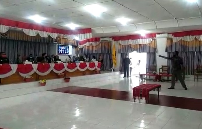 Reaksi Anggota DPRD Alor Marthen Blegur bangun dari kursinya menunjuk Ketua DPRD Enny Anggrek karena ia menolak sidang paripurna pembahasan Pokir diputuskan sepihak oleh Ketua DPRD dengan sistem virtual, Rabu (27/1) di ruang sidang utama DPRD, Batunirwala.