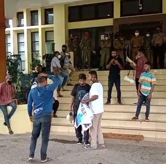 Dua pemuda Alor mencegat aksi unjuk rasa GERAM menolak proyek pembangunan kantor DPRD senilai Rp 25 Miliar, Selasa (26/1) di depan kantor Bupati Alor, Batunirwala.