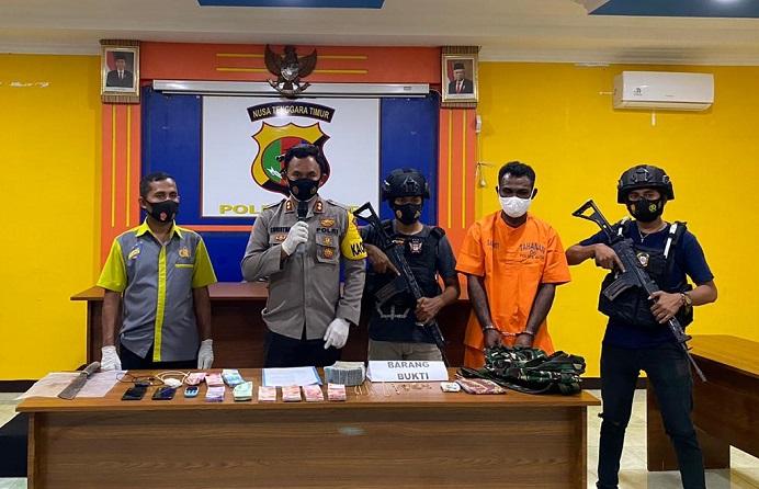 Kapolres Alor AKBP Agustinus Chrismas Tru Suryanto (kedua kiri) di dampingi Kasat Serse Iptu Mansur Mosa (ujung kiri) menggelar jumpa pers di Mapolres Alor, Kamis (7/1) usai meringkus tersangka RL (kedua kanan berbaju orange). RL dibekuk Polisi dalam kasus dugaan pencurian uang dan berbagai perhiasan milik korban Kasmudin (42) di Kelurahan Binongko. Polisi juga mengamankan barang bukti sejumlah pecahan uang tunai rupiah dan perhiasan lainnya.