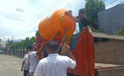 Crue BRI Kalabahi sedang menurunkan Tandon Air 550 L untuk dipasang di Pasar Lipa Kalabahi