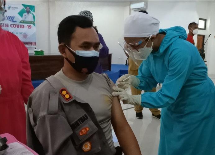 Kapolres Alor AKBP Agustinus Chrismas Try Suryanto disuntik Vaksin Covid-19 Tahap I, Senin (1/2/2021) di aula Gedung BPBD Alor, Kalabahi Kota.