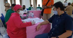 Tokoh masyarakat Denny Lalitan sedang memeriksa kesehatan di loket 2 untuk divaksin antibodi Covid-19