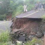 Ruas Jalan Negara Kalabahi-Maritaing yang terputus akibat longsor yang terjadi pada Senin (1/2/2021) malam di Desa Maritaing.