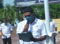 Kabag Hukum Setda Alor Marianus Adang sedang membaca pernyataan sikap Pemkab Alor di Polres Alor, Rabu (10/2) pagi.