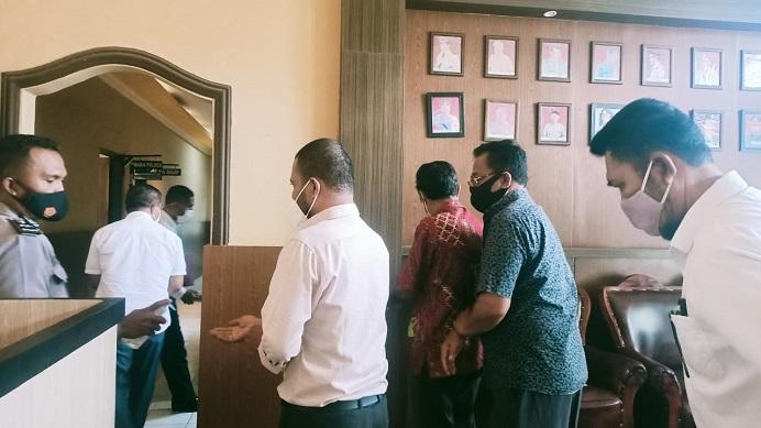 DPC PDIP Alor NTT sedang berjalan masuk ke ruangan Kapolres Alor AKBP Agustinus Chrismas Try Suryanto untuk berdialog soal mandeknya laporan pidana surat PAW palsu anggota DPRD Walter Datemoli, Senin (1/2/2021) di Mapolres Alor, Kalabahi Kota.