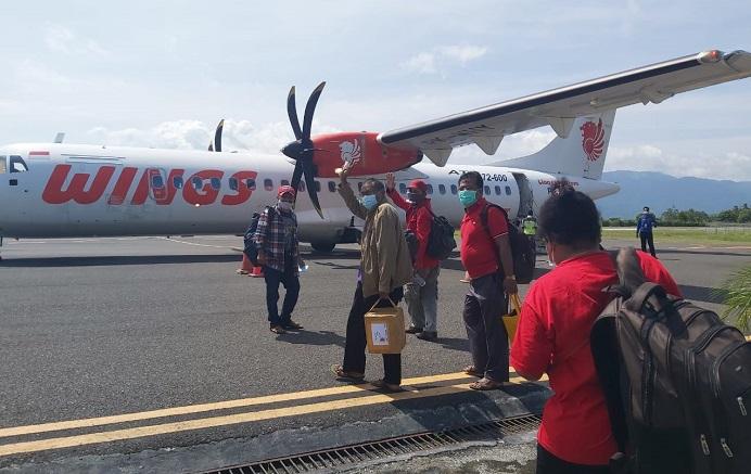 Pengurus PDIP Alor naik pesawat di Bandara Mali ke Kupang, Kamis (11/2) menyusul pemanggilan Ketua DPD NTT Emilia Nomleni.