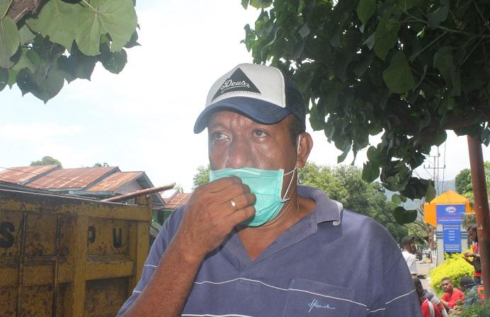 Sekretaris Dinas PUPR Kabupaten Alor, Anthon Frederik Mokoni, SP, ketika bersama stafnya melakukan pengerukan sampah yang tersumbat di dalam saluran air di Lipa Kalabahi, Jumat (5/2).