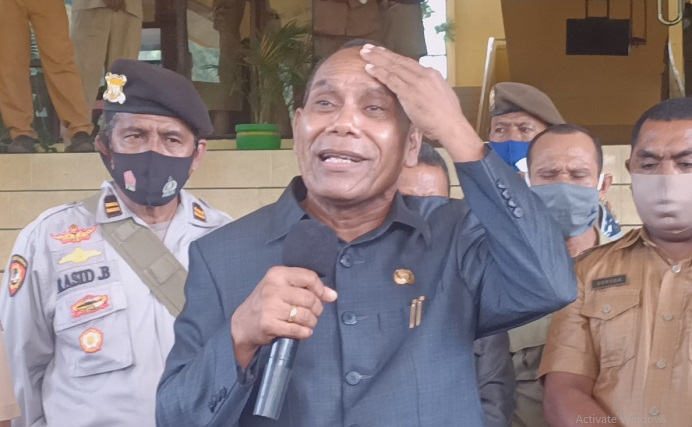 Bupati Alor Drs. Amon Djobo ketika berdialog dengan aktivis GMNI soal dana Covid-19, Senin (15/3) di kantor Bupati Alor, Batunirwala.