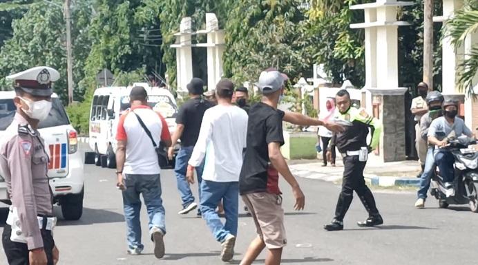 Polisi amankan oknum warga Alor yang bentrok dengan aktivis FAKK, Rabu (10/3) di Mapolres Alor
