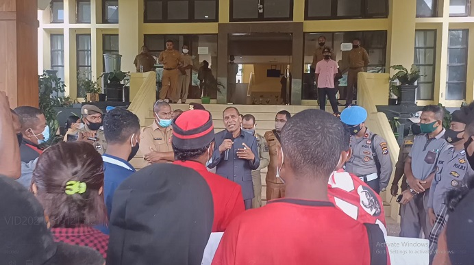 Bupati Alor Drs. Amon Djobo berdialog dengan aktivis GMNI soal dana Covid-19, Senin (15/3) di kantor Bupati Alor, Batunirwala.