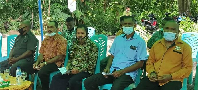 Ketua DPC Hanura Melki Tubatonu (kanan) di dampingi tiga Balon Bupati Alor, Simeon Th. Pally (tengah), Iskandar Lakamau (kedua kiri) dan Merianus Kaat (kedua kanan) dalam acara pelantikan 8 PAC Hanura, Jumat (12/3) di Batunirwala.