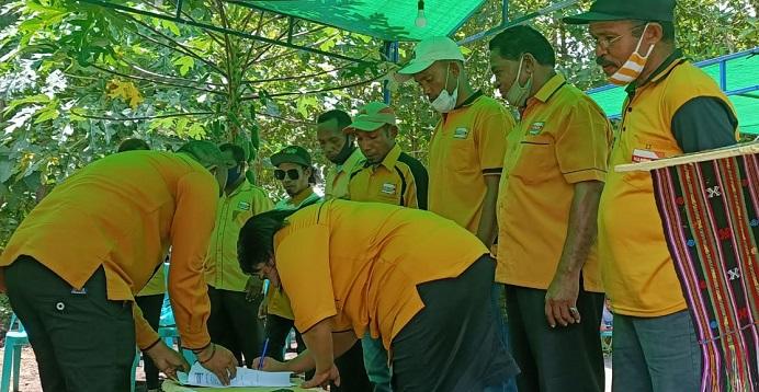 Penandatanganan Berita Acara dalam acara pelantikan 8 PAC Hanura, Jumat (8/3/21) di kediaman Anggota DPRD Alor Yusak Olang, Batunirwala.