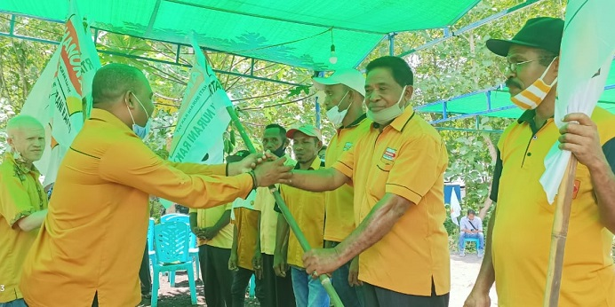 Ketua DPC Hanura Alor Melki Tubatonu menyerahkan bendera partai kepada salah satu Ketua PAC pada acara pelantikan 8 PAC, Jumat (8/3/21) di kediaman Anggota DPRD Alor Yusak Olang, Batunirwala.