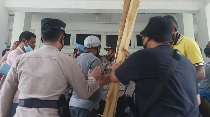 Polisi mengamankan aktivis FAKK Lomboan Djahamou, saat hendak menyegel kantor DPRD, Rabu (10/3/21).