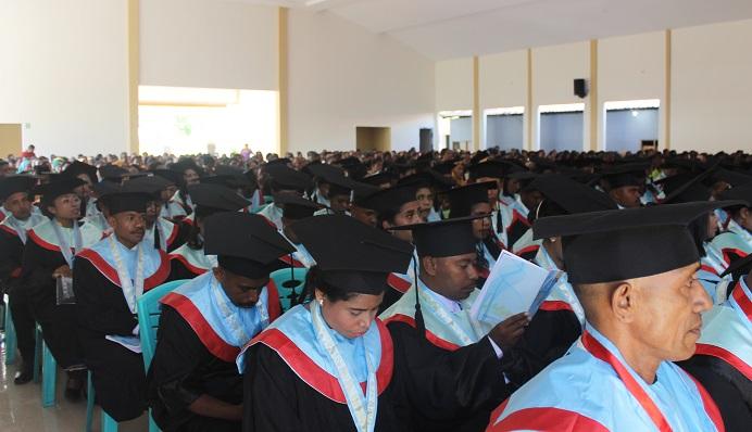Ratusan lulusan Sarjana Untrib mengikuti acara wisuda pada tahun 2020 di Batunirwala.