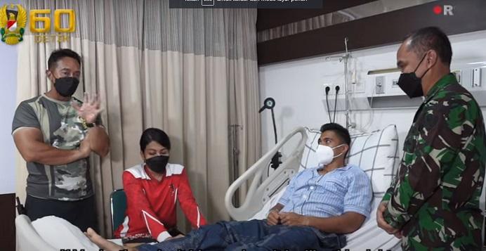 Kasad Jenderal Andika Perkasa (kiri) memberikan penguatan kepada Serda Manganang usai menjalani operasi Hipospadia di RSPD Gatot Subroto. (Foto: Screenshot video YouTube TNI AD).
