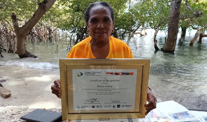 Martha Lotang, memegang Sertikat yang diberikan oleh Duta Besar Amerika Serikat di Manado pada tahun 2014 karena ia keluar sebagai peserta terbaik dalam upaya konservasi Mangrove di pulau Alor Provinsi NTT.