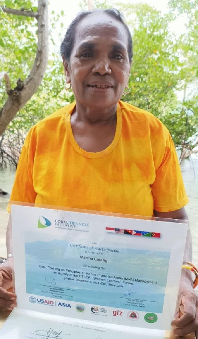 Martha Lotang menerima penghargaan ketika mengikuti kegiatan konservasi kelautan di Kota Dili Timor Leste, pada tanggal 5 November 2014.