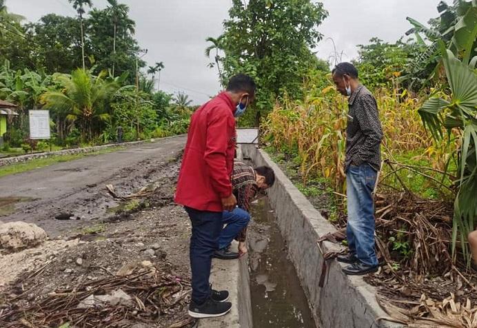 Rocky Winaryo sedang cek kualitas pekerjaan saluran drainase dalam proyek pekerjaan jalan ruas Kokar-Tulta-Mali di Bota, Alor Barat Laut pada Selasa (2/3/2021) siang.