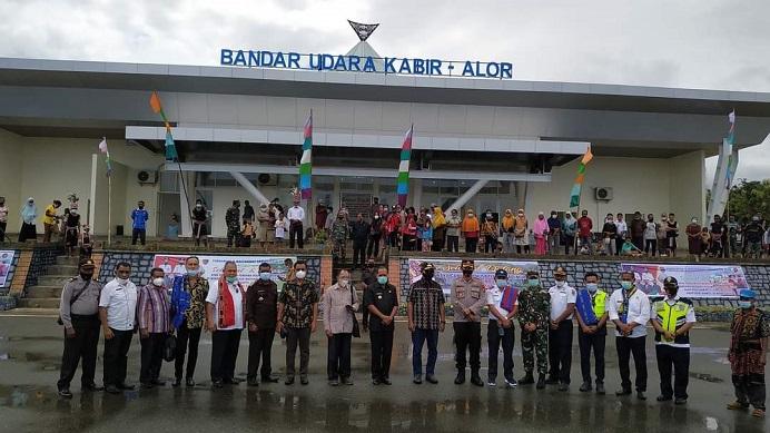Wagub NTT Joseph Nae Soi dan rombongan mendarat perdana di Bandara Pantar Kabupaten Alor, Sabtu (20/3/21).