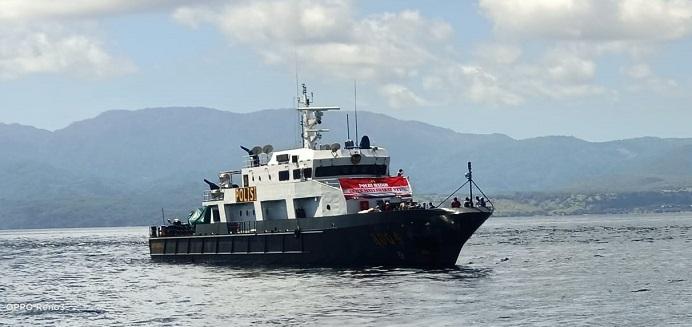 Kapal KP Barata 8004 Mabes Polri berlabu di Perairan Desa Kaleb Kecamatan Pantar Timur, menurunkan logistik sembako dari Relawan Pemuda Alor untuk korban bencana alam di Desa itu pada Senin (19/4) pagi.