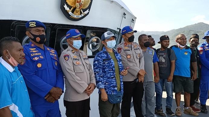 Kapten Kapal KP Barata 8004 Kompol Ronaldo Manurung (kelima kiri), foto bersama relawan Pemuda Alor di anjungan kapal ketika dalam perjalanan menuju Pulau Pantar, Senin (19/4).