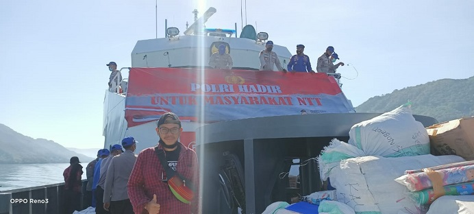 Koordinator Relawan HMAS Bung Noken ikut mengantar bantuan logistik dengan Kapal KP Barata 8004 ke Pulau Pantar.