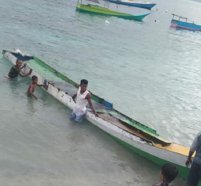 Kapal Nelayan Buton; Gani dan Vino yang terdampar di Pulau Alor Sabtu (3/4) akibat mesin rusak.